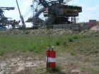 Grundwassermessstellen in einem Braunkohletagebau, im Hintergrund: Verschönerungskur für Absetzeranlage und Eimerkettenbagger